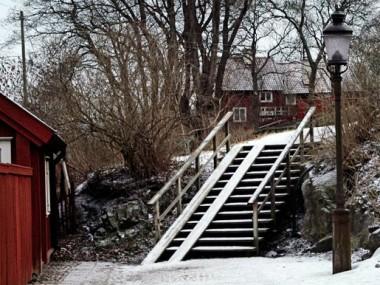 Lotsgatan, trätrappa med barnvagnramp liggande på berggrund.