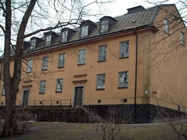 Gröna Gårdens entréer är upphöjda och nås via två trappor