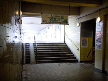 Gula Gången. T.h. nedgång till Saltsjöbanan och bussar.