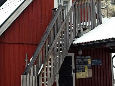 Parklekens stugor i Blecktornsparken, på varje husgavel är branta trätrappor om 17 steg vardera monterade vilka leder upp till en övervåning.