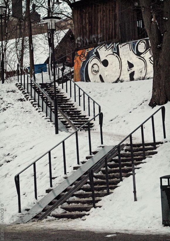 En på marken anlagd stentrappa som förbinder parken med gatan ovanför.