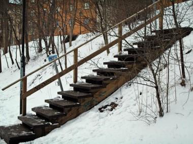 Två trätrappor anlagda på marken.