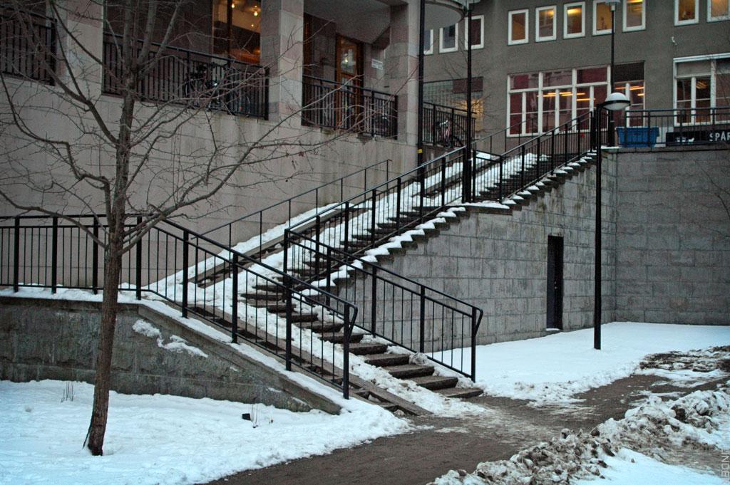 En i vinkel anlagd trappa som för upp till Tegelviksgatan