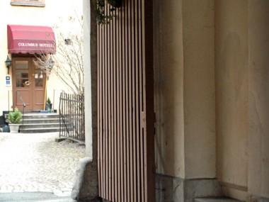 Ingången från gatan.