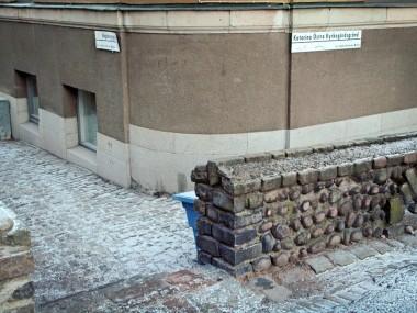 En trappa i muren med fyra trappsteg.